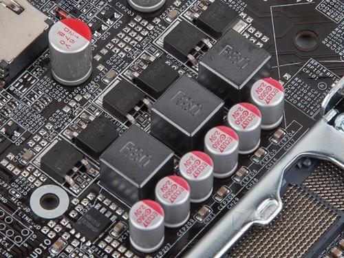 图为:铭瑄H81IL全固版电源 背板接口部分,铭瑄H81IL全固版带有1组VGA/HDMI视频接口,2个USB 3.0接口,1组PS/2键鼠接口,2个USB 2.0接口,1个高速网卡接口,1组高清音频接口。PCI扩展方面主板具备了1条PCI-E x16高速插槽,以及1条PCI-E x1插槽,方便玩家扩展独立显卡。