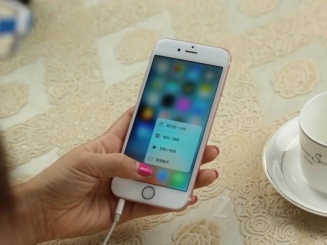 图为:苹果 iPhone 6S 正面   苹果 iPhone 6S内置了全新一代A9处理器,性能相比上一代A8的速度提升70%,GPU提升90%,搭配全新一代M9动作协调处理器,带来更加畅爽贴心的体验,并且在摄像方便做出突破,采用了1200万象后置摄像头和500玩像素前置摄像头组合,带来更好的拍摄效果。
