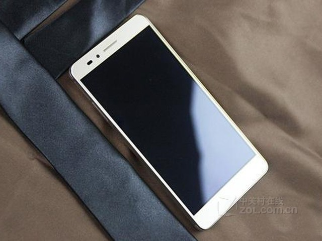 图为:华为 荣耀畅玩5X 正面 华为 荣耀畅玩5X搭载了5.5英寸FHD 1080P全高清黑瀑布屏,采用全贴合工艺,由于采用了像素级动态对比度调节功能,因此在各种环境光场景下都可以提供最佳对比度,阳光下依然显示清晰。荣耀畅玩5X的屏占比为72.5,同时在手机出厂时,就为用户预装了高透屏幕保护膜,也更加方便了用户直接使用手机 。
