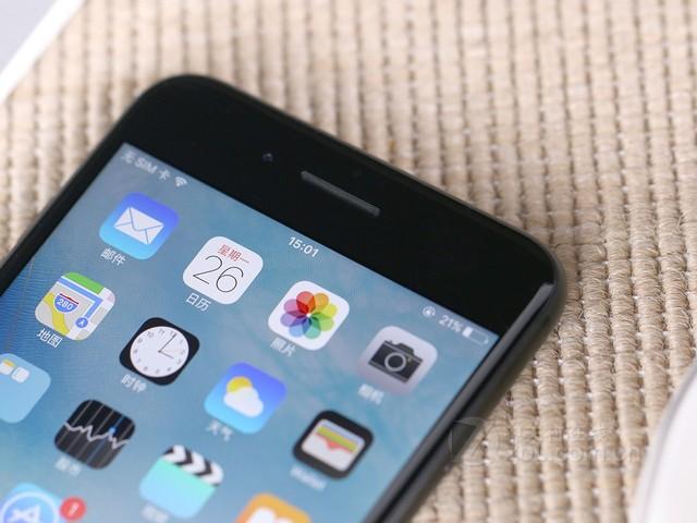 图为:苹果 iPhone 7 Plus 正面   苹果 iPhone 7 Plus的Home指纹识别重新设计更为可靠敏感,采用新一代的engine,并支持防溅抗水特性。新款iPhone搭载全新A10四核处理器,比A9快40%,比A8快两倍,比第一代快了120倍。搭载的更快GPU,比A9块50%,比A8快3倍。性能相比第一代提升了240倍。在续航时长方面iPhone7比iPhone 6s Plus多了两个小时续航,在性能加强的情况下没有缩减续航确实体现出了A10 Fuison这颗处理器极强的性能。在摄像头