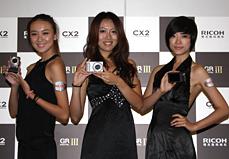 模特展示理光相机