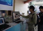 参会人员在体验联想预装Windows 7的系统