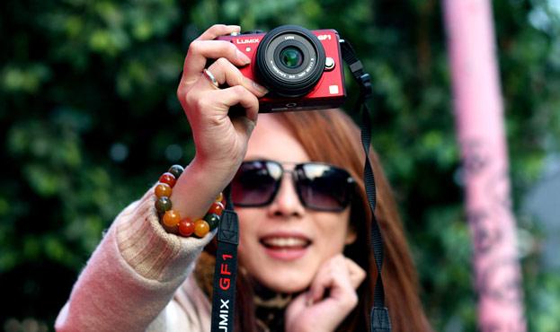 相机背带上的Lumix GF1字样也很显眼