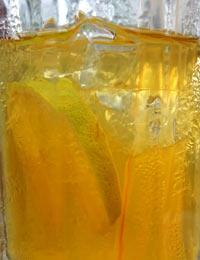 杯中的柠檬