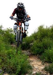 Ray搭载全套装备骑行山间