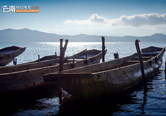尼塞村湖边的猪槽船