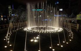 广场中心的音乐喷泉令人惬意