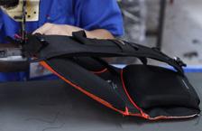 技术人员在缝制背负系统