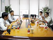 吴总在会议室与ZOL高层交谈