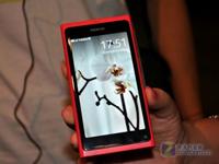 绿外套红耳机 红色中文诺基亚N9真机图赏