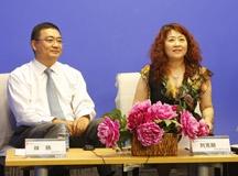林杨和主持人刘克丽交谈