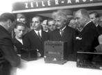 1930年爱因斯坦在展会现场