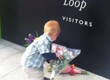 为乔布斯献花的孩子
