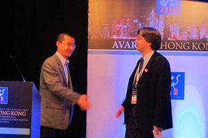 腾讯研究院副院长与AVAR会长握手
