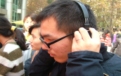 同学体验双飞燕的耳机
