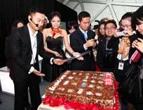 陈旭东切庆典蛋糕
