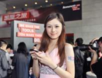 模特展示联想手机