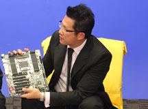 李正扬先生展示新主板
