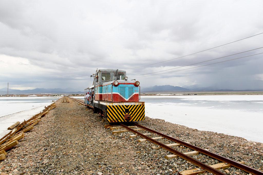 乘坐小火车进入盐湖腹地