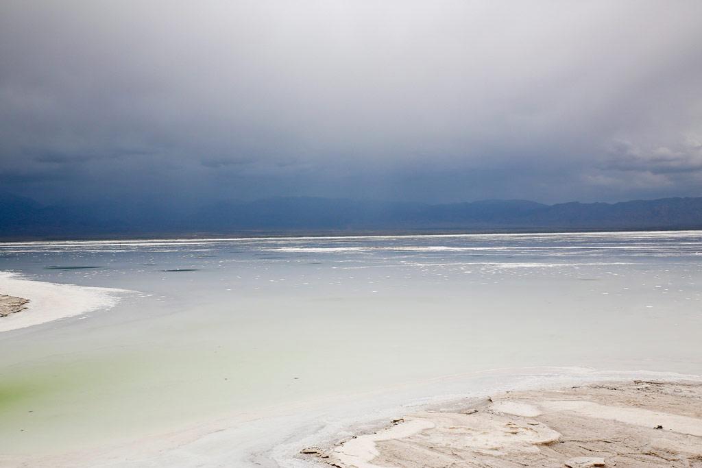 茶卡盐湖湖面