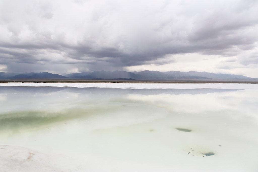 盐湖倒映出天空的景象