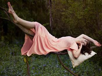 反重力!美女摄影师创意平衡自拍