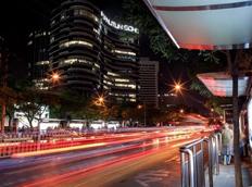 营造流光溢彩的街道景色