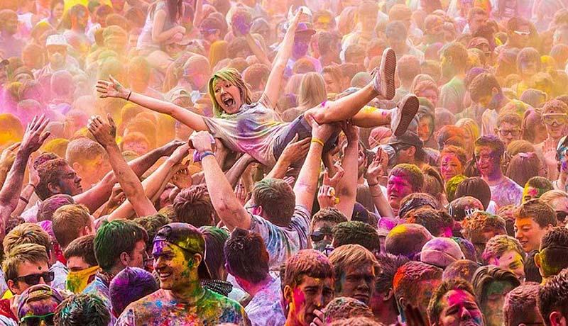 色男色女放纵狂欢 一年一度的彩色胡里节