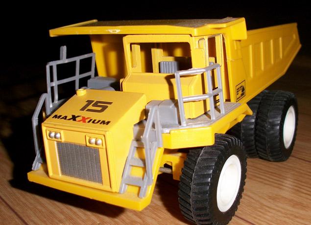 挖土机与大卡车