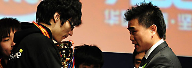 嘉宾为选手颁奖