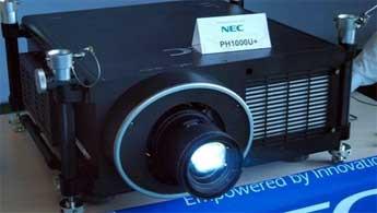 作为NEC高端工程产品的旗舰机型,PH1000U+不仅具备11000流明超高亮度、逼真艳丽的色彩,其强大的扩展功能也是行业顶尖水平。它内置了英特尔开放性可插拔规范OPS接口,此次展示的插板内置了酷睿i5处理器、320G硬盘和Win7操作系统,将插板插入OPS接口之后,仅需一套键鼠就可完�
