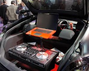 爆改黑色哑光 现代轿跑变移动DJ工作室