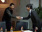 林世强与刘小东握手