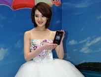 模特现场展示联想手机