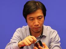 杨昱先生专心调试产品